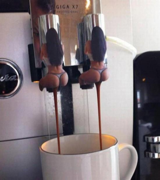 2 meninas, uma xícara de café